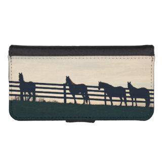 牧草地の塀の乗馬の馬 iPhoneSE/5/5sウォレットケース
