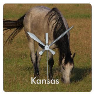 牧草地の柱時計のカンザスの馬 スクエア壁時計