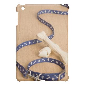 犬が付いているペット用首輪そして鎖のクローズアップ iPad MINI CASE