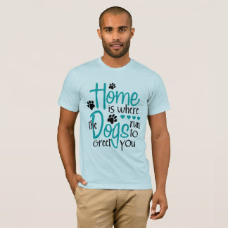 犬が付いている家 Tシャツ
