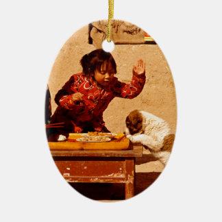 犬と遊んでいる中国のな子供 セラミックオーナメント