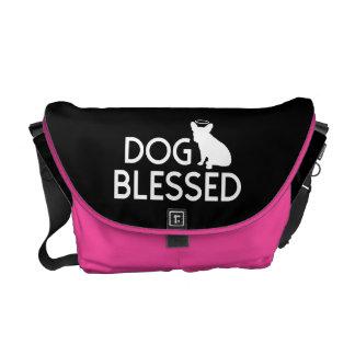 """""""犬によって賛美される""""ショッキングピンクの天使犬のメッセンジャーバッグ クーリエバッグ"""