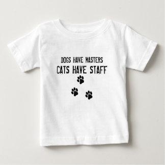 犬にマスター猫がスタッフがあるのをあります ベビーTシャツ