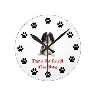犬に無頓着なチャールズ王スパニエル犬を食べ物を与える時間 ラウンド壁時計