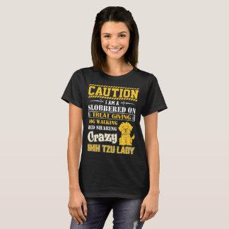 犬のShirt歩く熱狂するなシーズー(犬)のTzuの女性を与える御馳走 Tシャツ