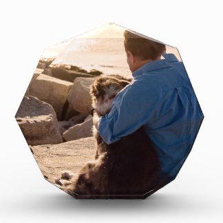 犬は最も最高のな抱擁を与えます 表彰盾