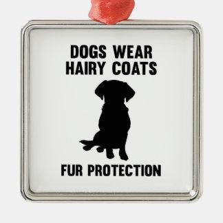 犬は毛深いコートの毛皮の保護を身に着けています メタルオーナメント