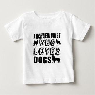 犬を愛する考古学者 ベビーTシャツ