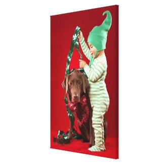 犬を飾っている小さい男の子 キャンバスプリント