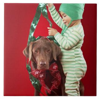 犬を飾っている小さい男の子 タイル