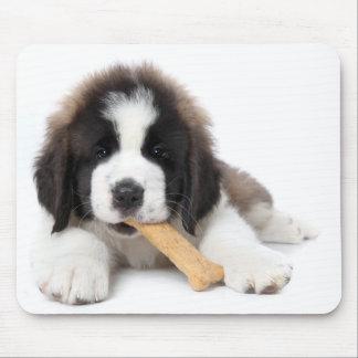 犬用の骨でかみ砕いているサンベルナール峠の愛らしい子犬 マウスパッド