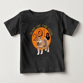 犬2018の黒いベビーのティーの柴犬年 ベビーTシャツ