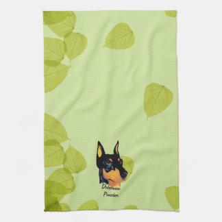 (犬)ドーベルマン・ピンシェルの~の緑の葉のデザイン キッチンタオル