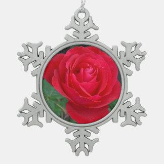独身ので赤いバラ スノーフレークピューターオーナメント