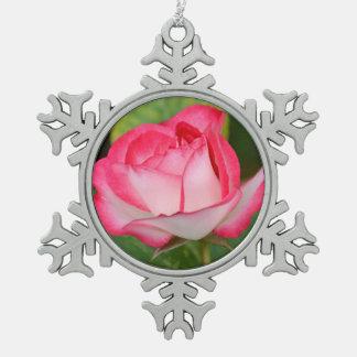独身のなピンクおよび白いバラ スノーフレークピューターオーナメント