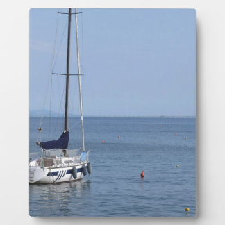 独身のなヨットは港のいかりにあります フォトプラーク