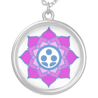 独身のな花の禅の中心のロゴ シルバープレートネックレス