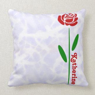 独身のな赤いバラの緑の茎の葉は名前をカスタマイズ クッション