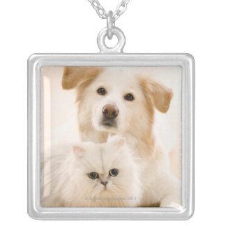 猫および犬の撃たれるスタジオ シルバープレートネックレス