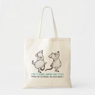 猫が眠るとき、ネズミは踊ります! トートバッグ
