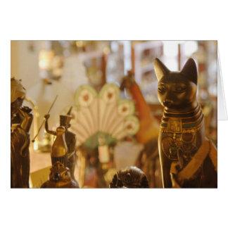 猫の彫刻が付いている店の窓 カード