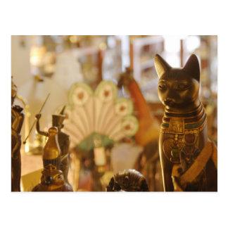 猫の彫刻が付いている店の窓 ポストカード