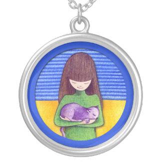 猫の抱擁の青のネックレス シルバープレートネックレス