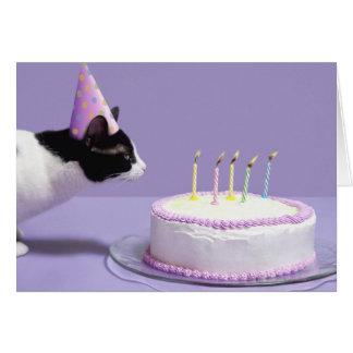 猫の蝋燭を吹く身に着けている誕生日の帽子 グリーティングカード