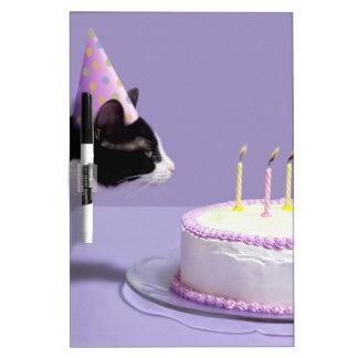 猫の蝋燭を吹く身に着けている誕生日の帽子 ホワイトボード