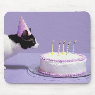 猫の蝋燭を吹く身に着けている誕生日の帽子 マウスパッド