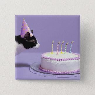 猫の蝋燭を吹く身に着けている誕生日の帽子 5.1CM 正方形バッジ