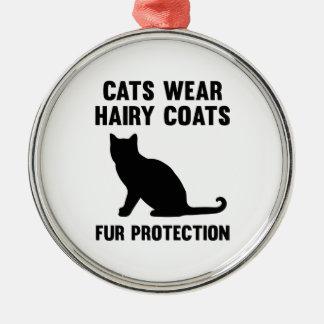 猫は毛深いコートの毛皮の保護を身に着けています メタルオーナメント