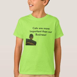 猫は私達のビジネスTシャツより重要です! Tシャツ