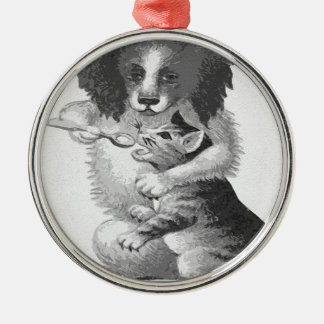猫を食べ物を与えている犬 メタルオーナメント