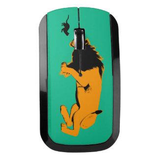 猫対戦うか、または取ること準備ができたライオン ワイヤレスマウス