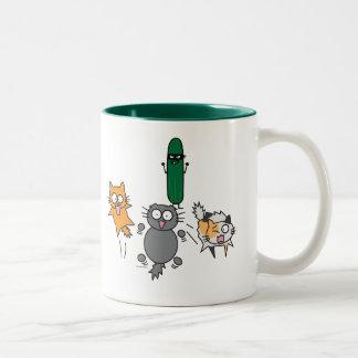猫-猫--を対きゅうりの恐怖おびえさせるきゅうり ツートーンマグカップ