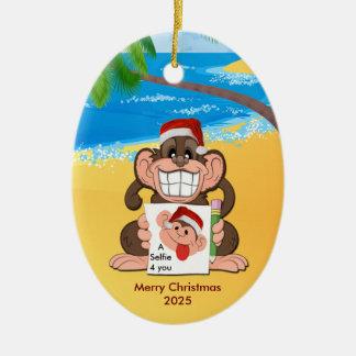 猿はSelfie -クリスマスのオーナメント--を送ります セラミックオーナメント