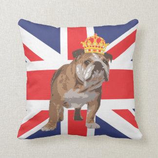 王冠および英国国旗の枕を持つ英国のブルドッグ クッション