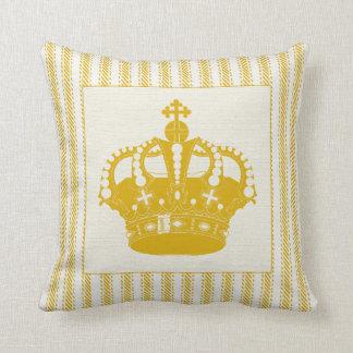 王冠によってカチカチ音をたてる金ゴールド クッション