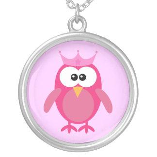 王冠を持つかわいいピンクの漫画のフクロウのプリンセス シルバープレートネックレス