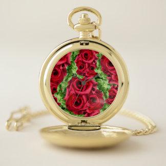 王室のな赤いバラの豪奢なロマンスの深紅色の緑豊かな花 ポケットウォッチ