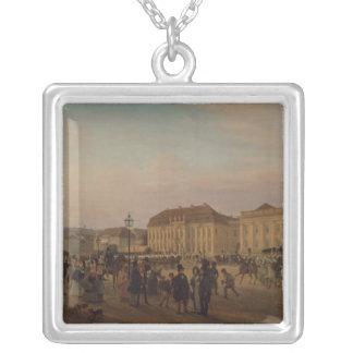 王宮の前のパレード、1839年 シルバープレートネックレス