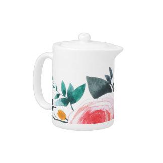 珊瑚およびピンクのバラのティーカップ