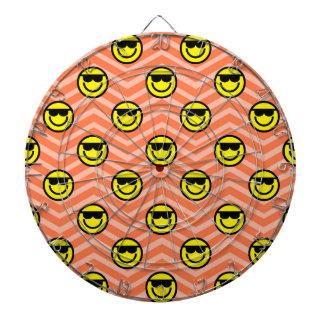珊瑚のオレンジシェブロンのサングラスの幸せな顔 ダーツボード