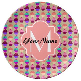 珊瑚のカップケーキの名前入りな名前、カスタムなモノグラム 磁器プレート