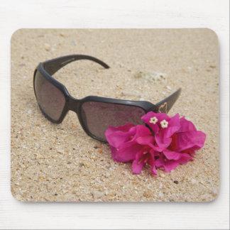 珊瑚のサングラスそしてbougainvilliaの花 マウスパッド