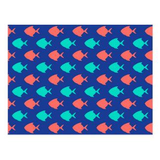 珊瑚のティール(緑がかった色)およびコバルトブルーの小さい魚パターン ポストカード