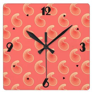 珊瑚のピンクおよびクリーム色のペーズリー スクエア壁時計