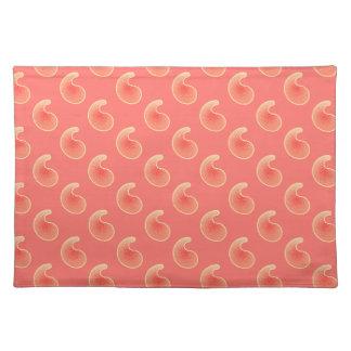 珊瑚のピンクおよびクリーム色のペーズリー ランチョンマット