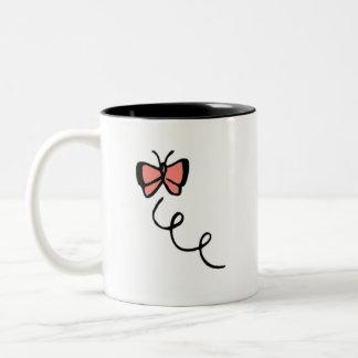 珊瑚のピンクの蝶 ツートーンマグカップ